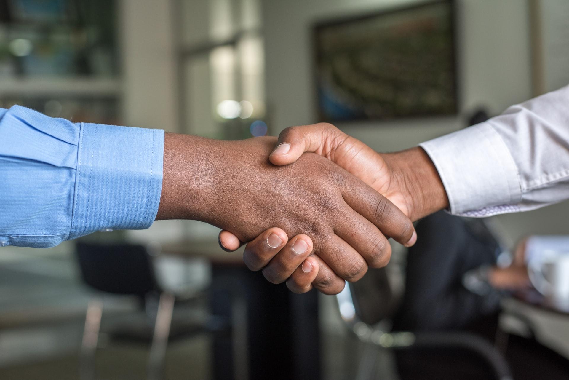 Un Responsable de Carrière serrant la main d'un salarié